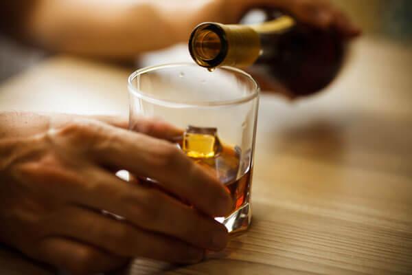 アルコール依存症 薬にアプリ…広がる「減酒」のアプローチ